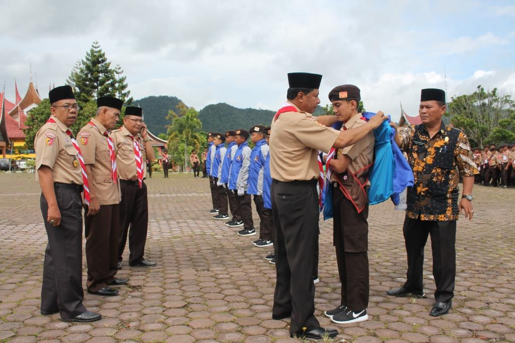 Wakil Bupati Solok Yulfadri Nurdin melepas Kwartir Cabang 0302 Pramuka Kabupaten Solok di lapangan parkir Kantor Bupati Arosuka.