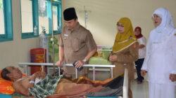 Wakil Bupati Agam, Trinda Farhan Satria saat melakukan sidak hari pertama kerja usai lebaran terhadap Aparatur Sipil Negara (ASN)