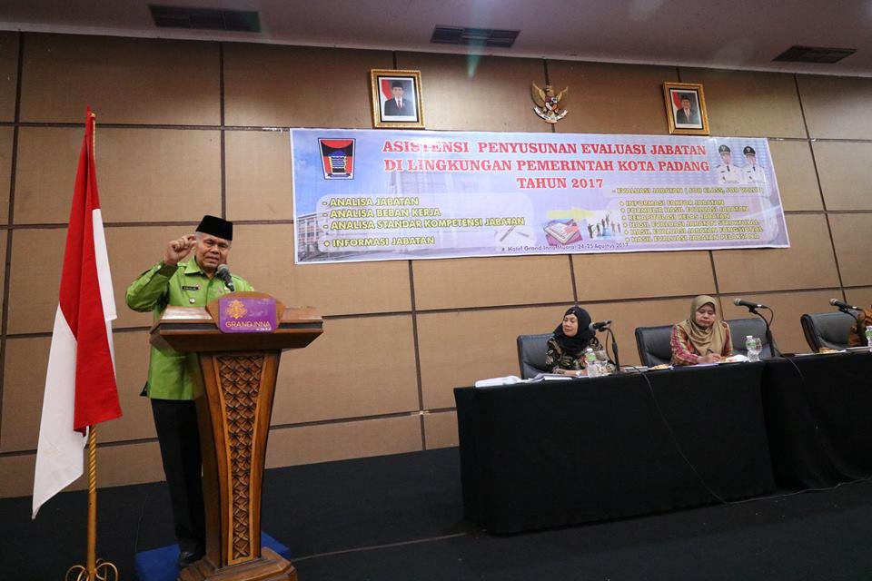 Wakil Walikota Padaang, Emzalmi memberikan arahan dalam kegiatan Asistensi Penyusunan Evaluasi Jabatan Pemko Padang di Hotel Grand Inna Muara, Kamis (24/8/2017).