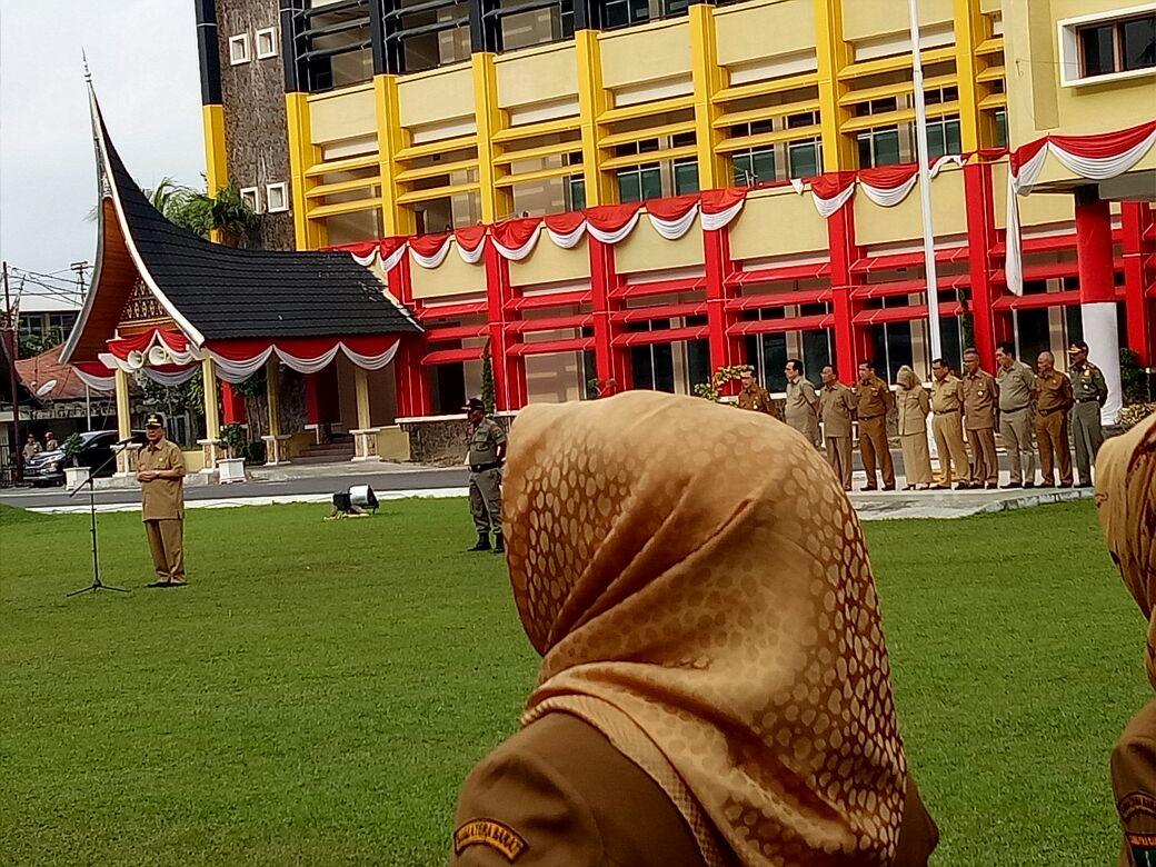 Wakil Gubernur Sumbar, Nasrul Abit memberikan arahan apel pagi dilingkungan Sekretariat Daerah dan beberapa OPD di halaman Kantor Gubernur, Senin (21/8/2017). Foto : Istimewa