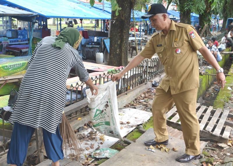 Walikota Padang Mahyeldi Ansarullah bersama masyarakat membersihkan tali bandar di RTH Imam Bonjol