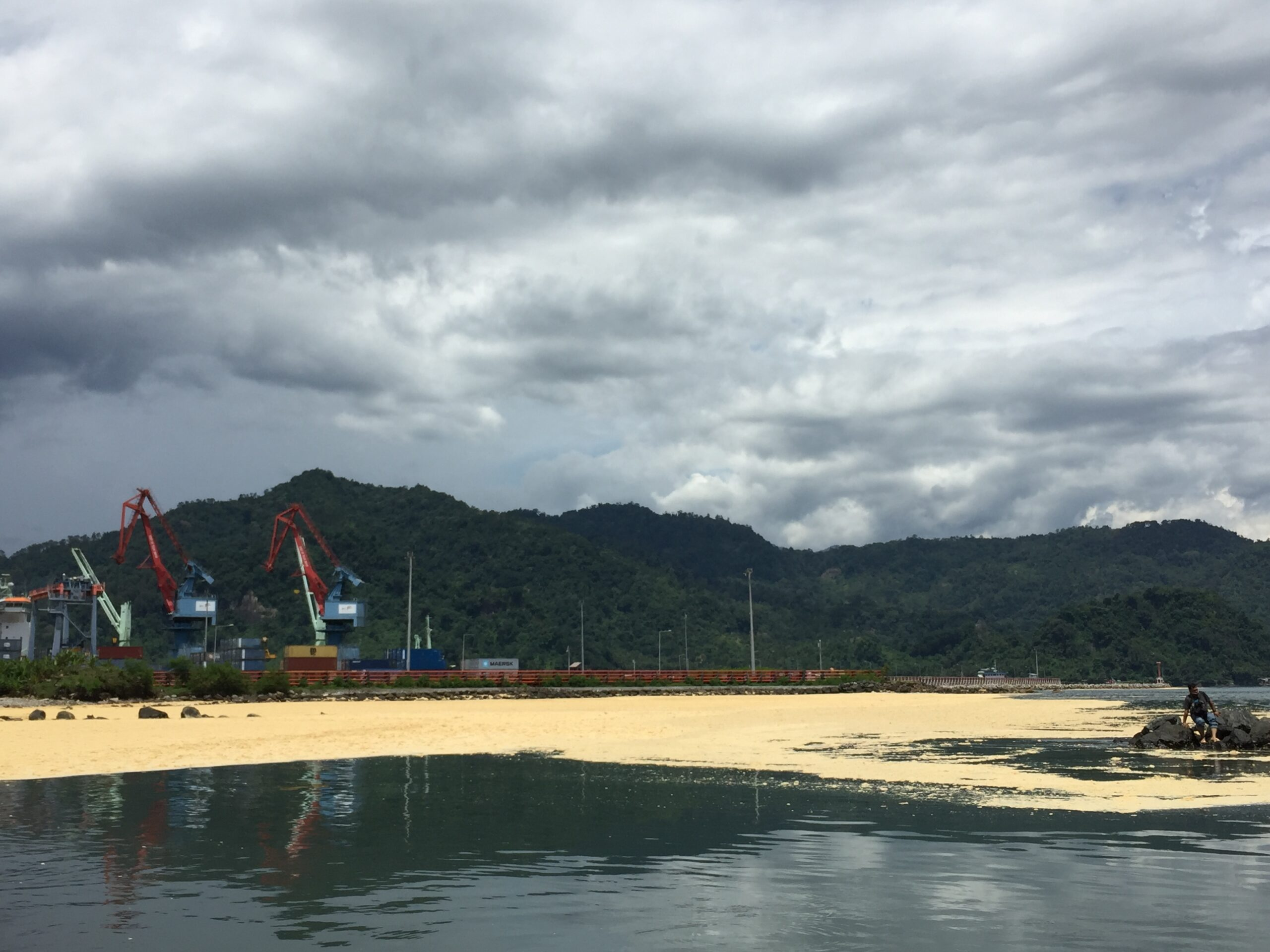 Tumpahan minyak sawit mentah milik PT Wira Inno Mas di perairan Teluk Bayur, Kota Padang, Kamis (28/9/2017).