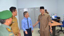 Wakil Bupati Agam Trinda Farhan berbincang-bincang dengan Pemimpin Cabang Bank Nagari Lubuk Basung usai meresmikan kantor kas Tiku, Kabupaten Agam.