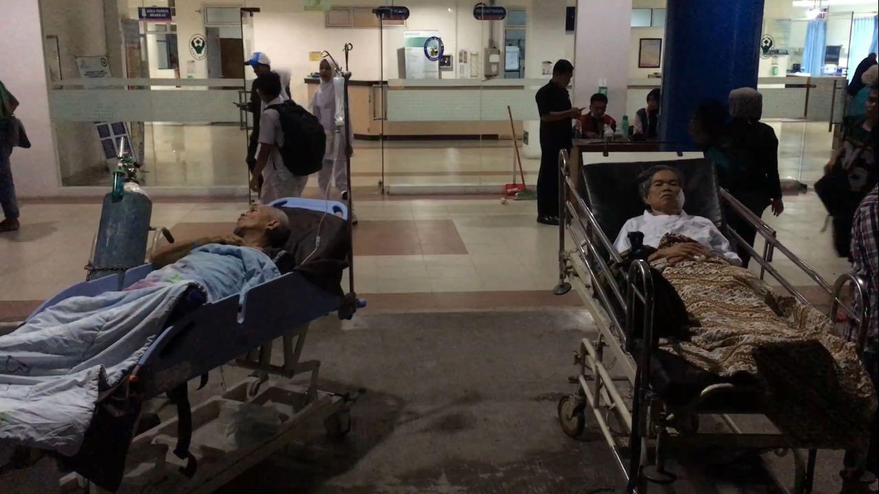 Pasien Rumah Sakit M Djamil dievakusi keluar gedung sesaat gempa 6,2 Skala Richter mengguncang Kota Padang.