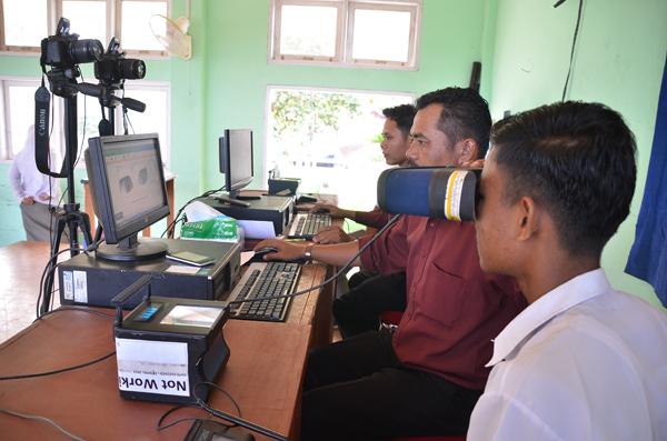 Proses perekaman data untuk pembuatan e-KTP di SMA Negeri 2 Lubuk Basung, Kabupaten Agam oleh Disdukcapil.