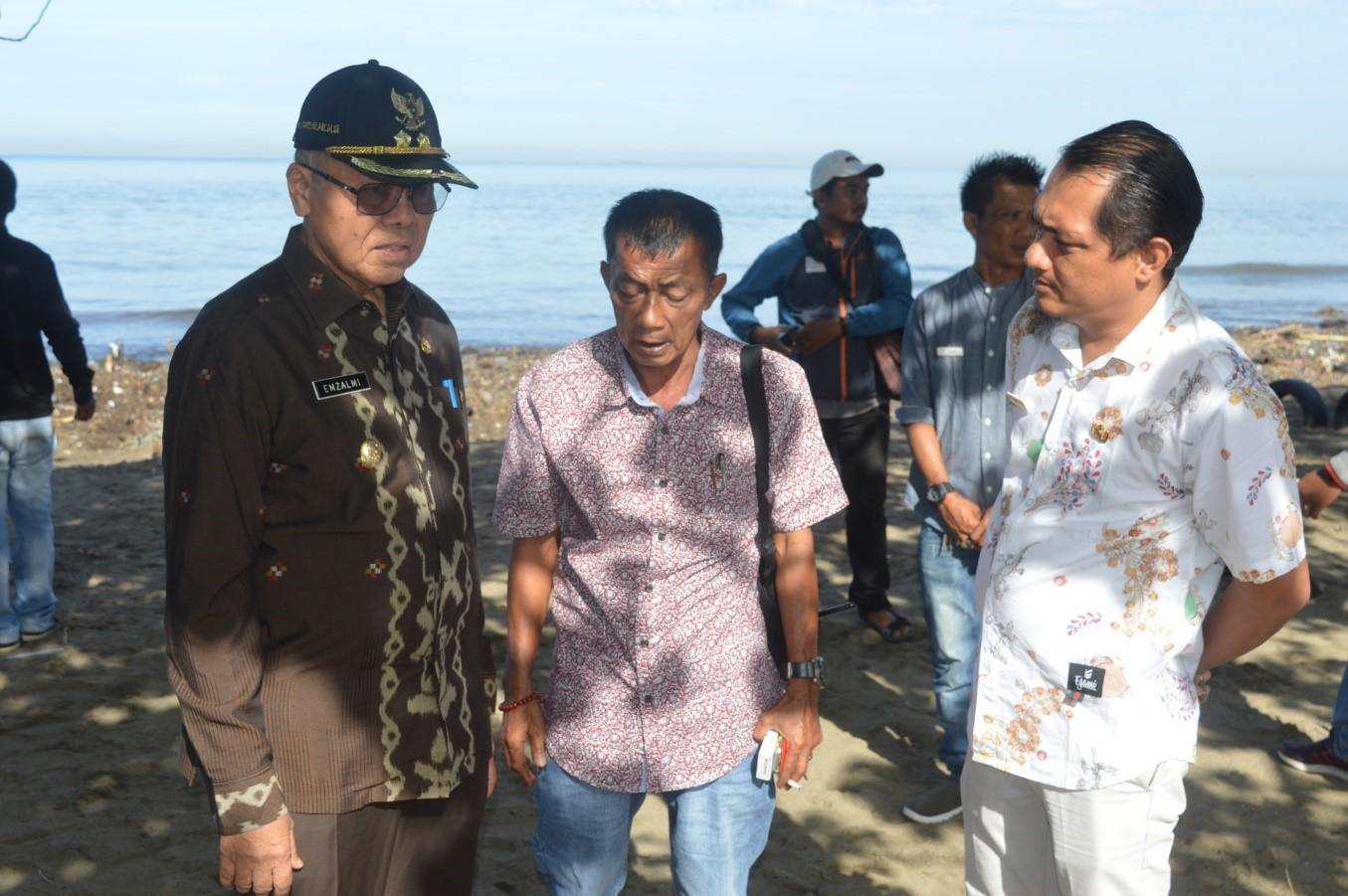 Wakil Walikota Padang Emzalmi saat melakukan peninjauan pengerukan tumpukan sampah di kawasan Muaro Lasak, Kota Padang, Kamis (12/10/2017).