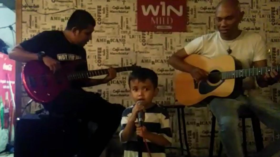 Fikri Ramadan Siregar, bocah empat tahun saat manggung di J-Six Cafe, Padang, Sumatera Barat