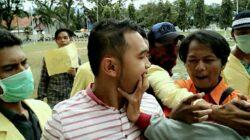 Kericuhan terjadi saat aksi aliansi mahasiswa peduli UNP tolak parkir berbayar dalam kampus./photo : Endy