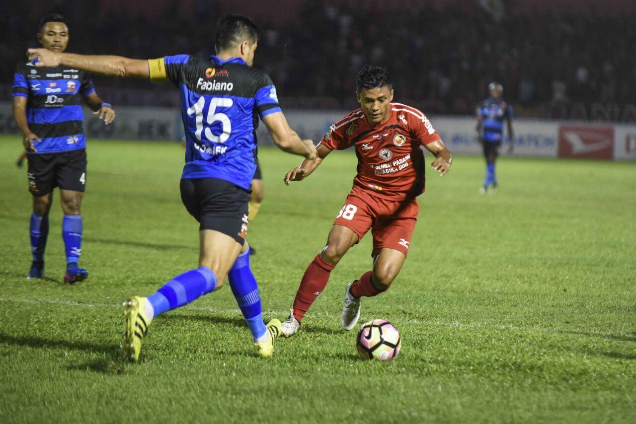 Laga Semen Padang FC melawan Madura United dalam laga lanjutan Gojek Traveloka Liga 1 di Stadion Agus Salim, Kota Padang, Jumat malam./Istimewa