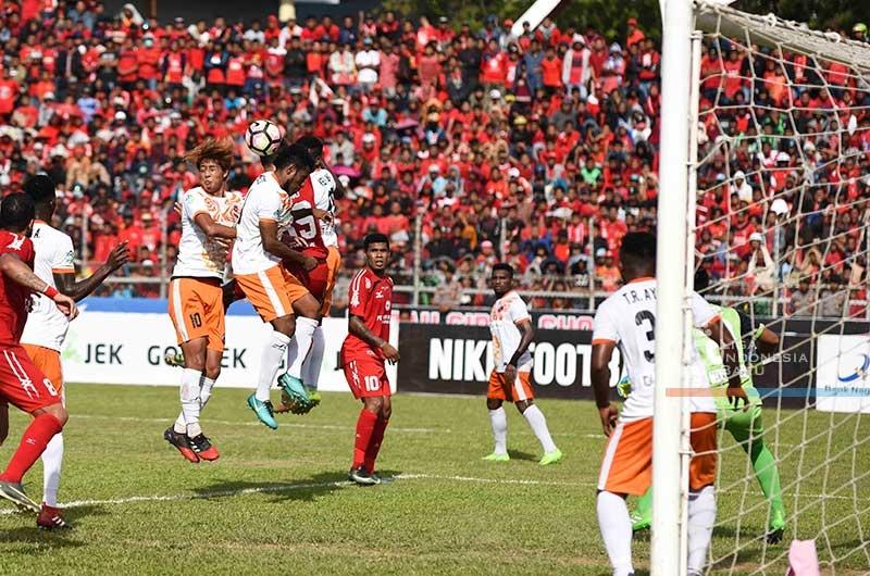 Laga pertandingan Semen Padang FC melawan Perseru Serui di Stadion Agus Salim. Padang, Sabut (28/10/2017) sore