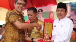 Bupati Sijunjung Yuswir Arifin menerima dua penghargaan dari Gubernur Sumatera Barat Irwan Prayitno pada pembukaan Peringatan Hari Pangan Sedunia (HPS) ke-37 tingkat Sumatera Barat di lapangan Segi Tiga Kota Sawahlunto, Jumat (29/9/2017).