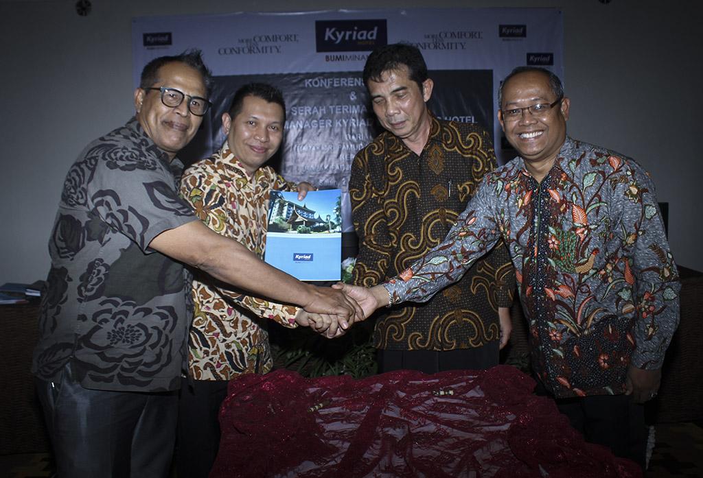 Sertijab GM Kyriad Bumiminang Hotel dari Tri Pamudji Rahardjo (tiga dari kiri) kepada Fadjri D. Roesman (dua dari kiri) diapit Direktur Utama PT. Bumiminang Padangplaza Hotel Syahrizal Harris (pertama dari kiri) dan Direktur operasional Kyriad Hotel Indonesia, Mugi Harjo (pertama dari kanan)