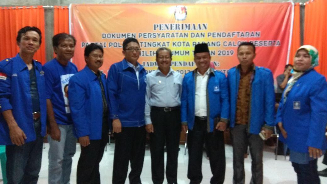 Pengurus DPD PAN Kota Padang saat menyerahkan berkas hard copy syarat pendaftaran ke KPU Padang