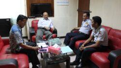 Adel Wahidi (kiri) dan Yunafri (tengah) tengah membahas soal layanan bus Trans Padang bersama Dinas Perhubungan Kota Padang tahun 2014.