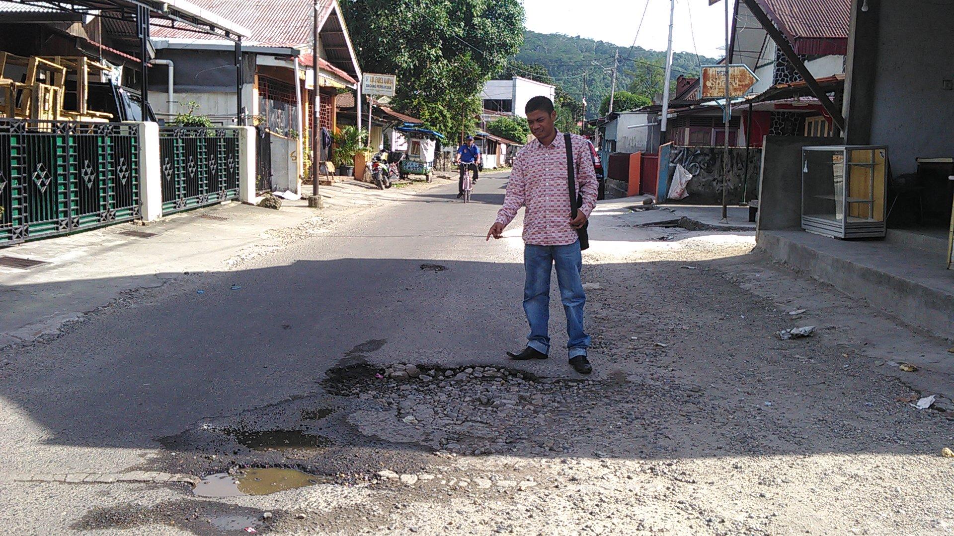 Aprianto, anggota dewan dari Fraksi PDI-Perjuangan DPRD Kota Padang saat meninjau jalan Alang Laweh.