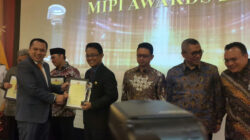Bupati Agam Indra Catri saat menerima penghargaan MIPI Awards 2017 di Jakarta, Sabtu (4/11/2017) malam