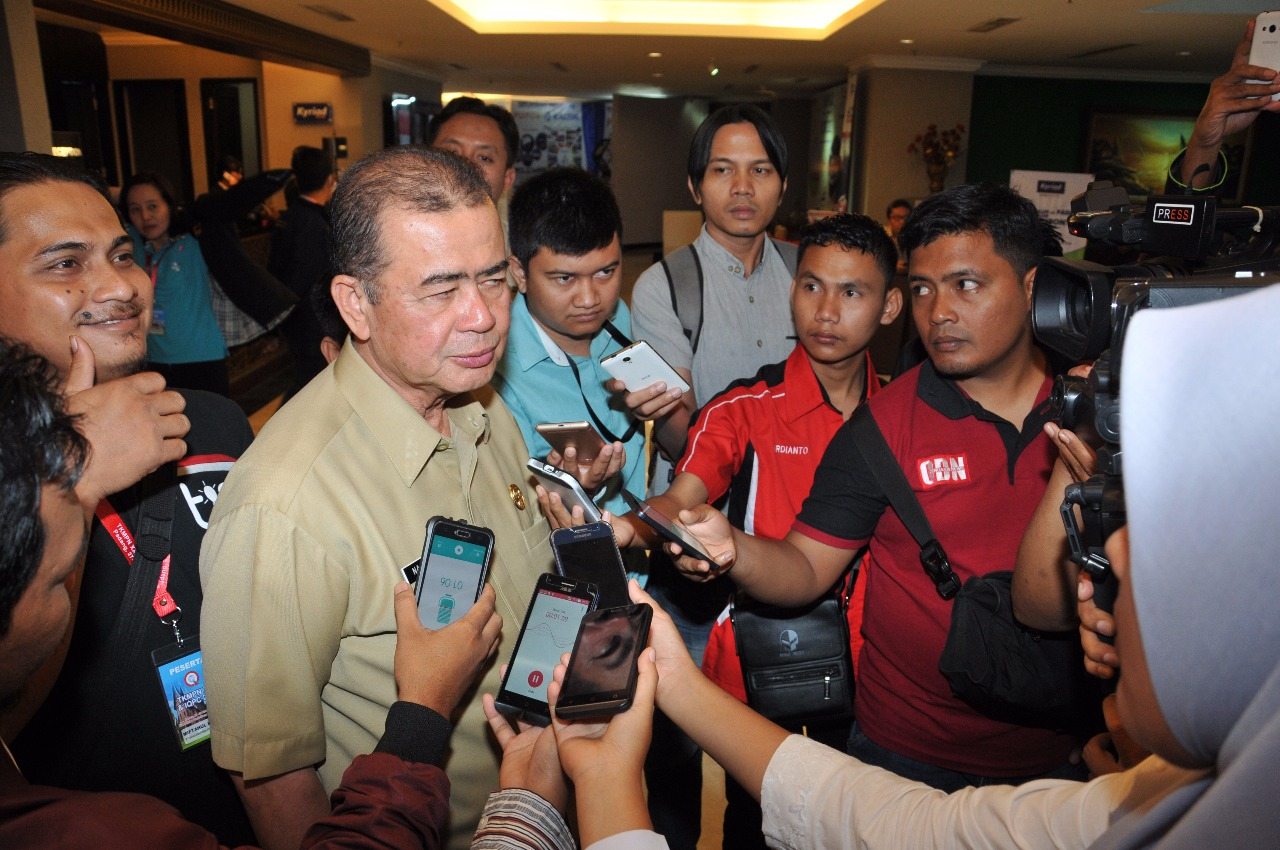 Wakil Gubernur Sumatera Barat Nasrul Abit diwawancarai oleh sejumlah wartawan usai Temu Karya Mutu dan Produktivitas Nasional XXI (TKMPN) dan Internasional Quality Produktivitas Convetion (IQPC) 2017. Foto : Istimewa