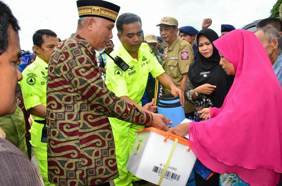 Walikota Mahyeldi Ansharullah menyerahkan bantuan kepada rumah salah satu korban di Korong Gadang, Kamis (30/11/2017).
