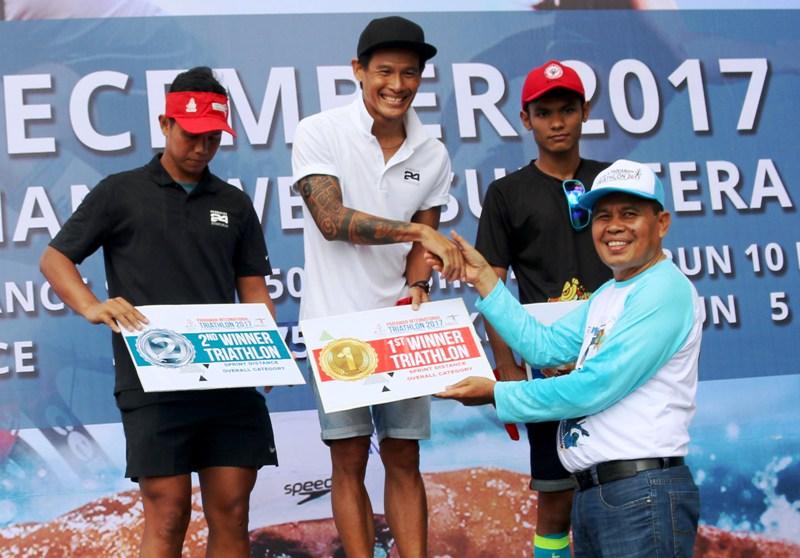 Juara I Putra Kelas Triathlon dalam Pariaman Triathlon 2017 di Kota Pariaman, Andy Wibowo. Foto : Istimewa