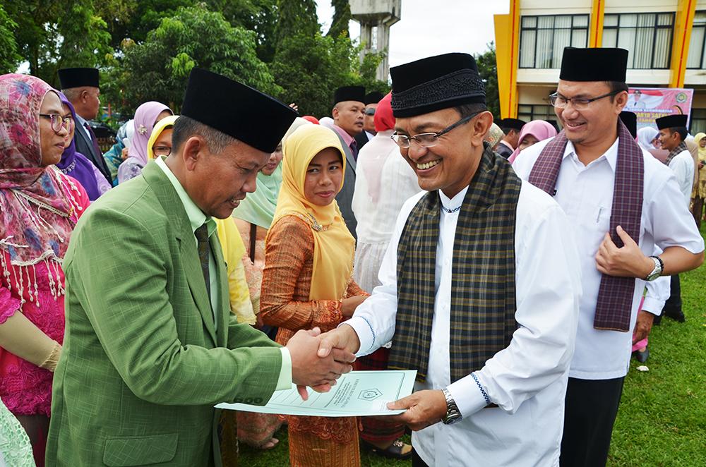 Bupati Agam Indra Catri menyerahkan penghargaan Satya Lencana terhadap ASN Kankemenag Kabupaten Agam
