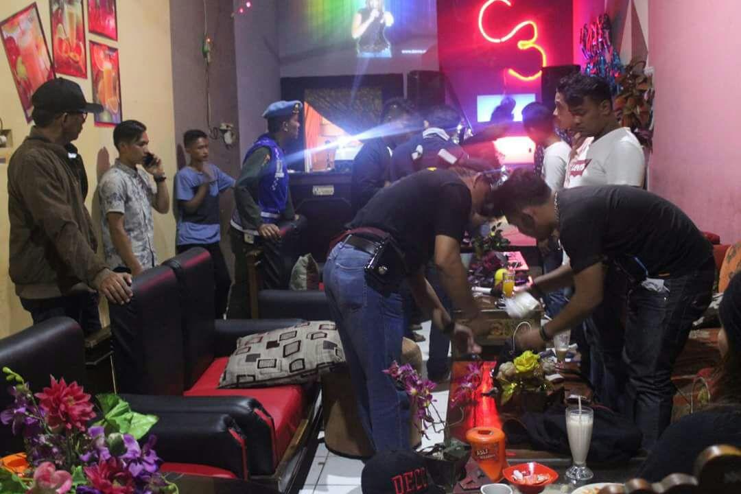 Ketua BNN Kabupaten Solok bersama tim gabungan melalukan razia pengunjung pada sejumlah cafe pada malam pergantian tahun 2017.