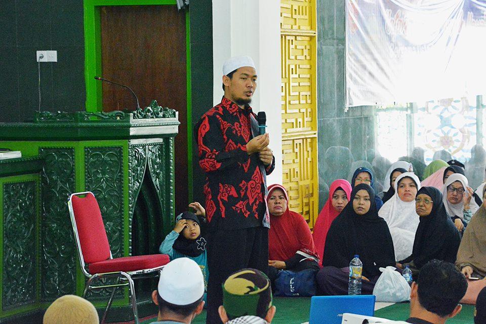 Ruqyah massal di Masjid Agung Nurul Fallah, Lubuk Basung, Kabupaten Agam, Sabtu (6/1/2017).