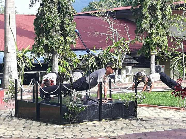 Kapolres Tanah Datar, AKBP Bayuaji Yudha Prajas melakukan push up bersama jajarannya pada apel pagi di Mapolres Tanah Datar, Selasa (9/1/2018).