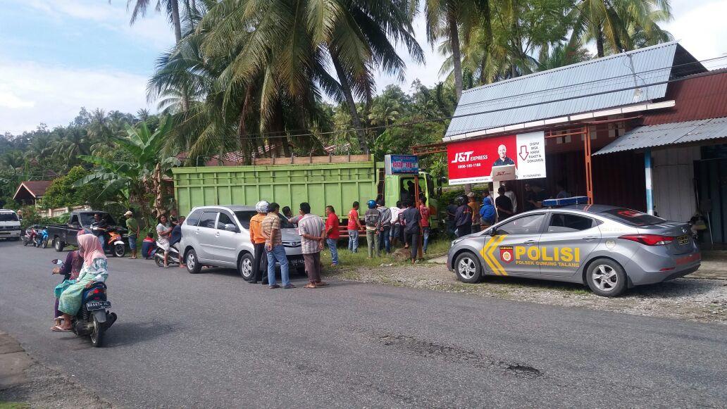 Petugas memeriksa mobil tak bertuan yang ditemukan warga di Nagari Cupak, Kabupaten Solok. Foto : Fernandez