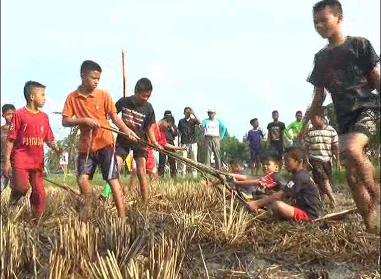 Anak-anak di Kota Solok tengah 'asyik' melakukan permainan tradisional, Pacu Upiah. Foto : Fernandez