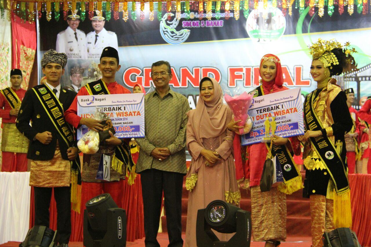 Bupati Solok Gusmal dan Ketua Dekranasda Desna Devi Gusmal foto bersama dengan pemenang uda dan Uni 2018