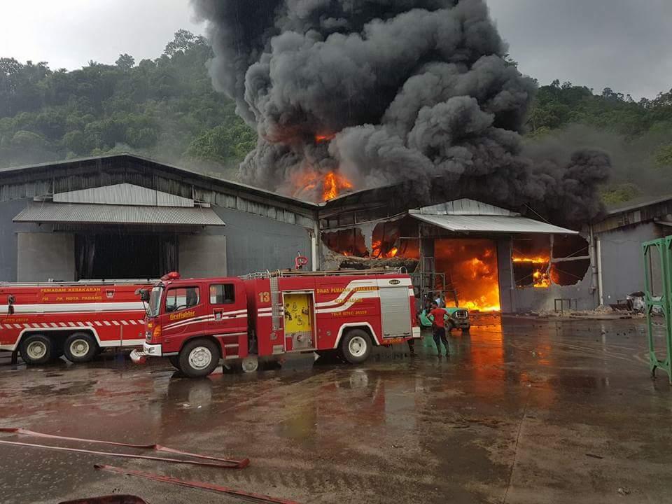 Puluhan dan belasan armada diturunkan memadamkan api yang membakar gudang berisi bahan baku bungkil (ampas minyak) milik PT. Incasi Raya KM 11 By Pass, Lubeg, Padang, Sumbar. Senin (24/4/2018).
