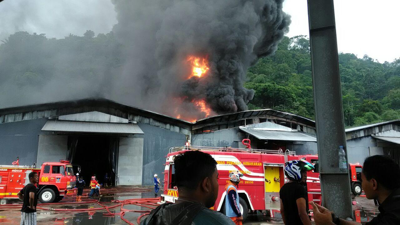 Gudang Karet PT. Incasi Raya terbakar di Padang, Sumbar