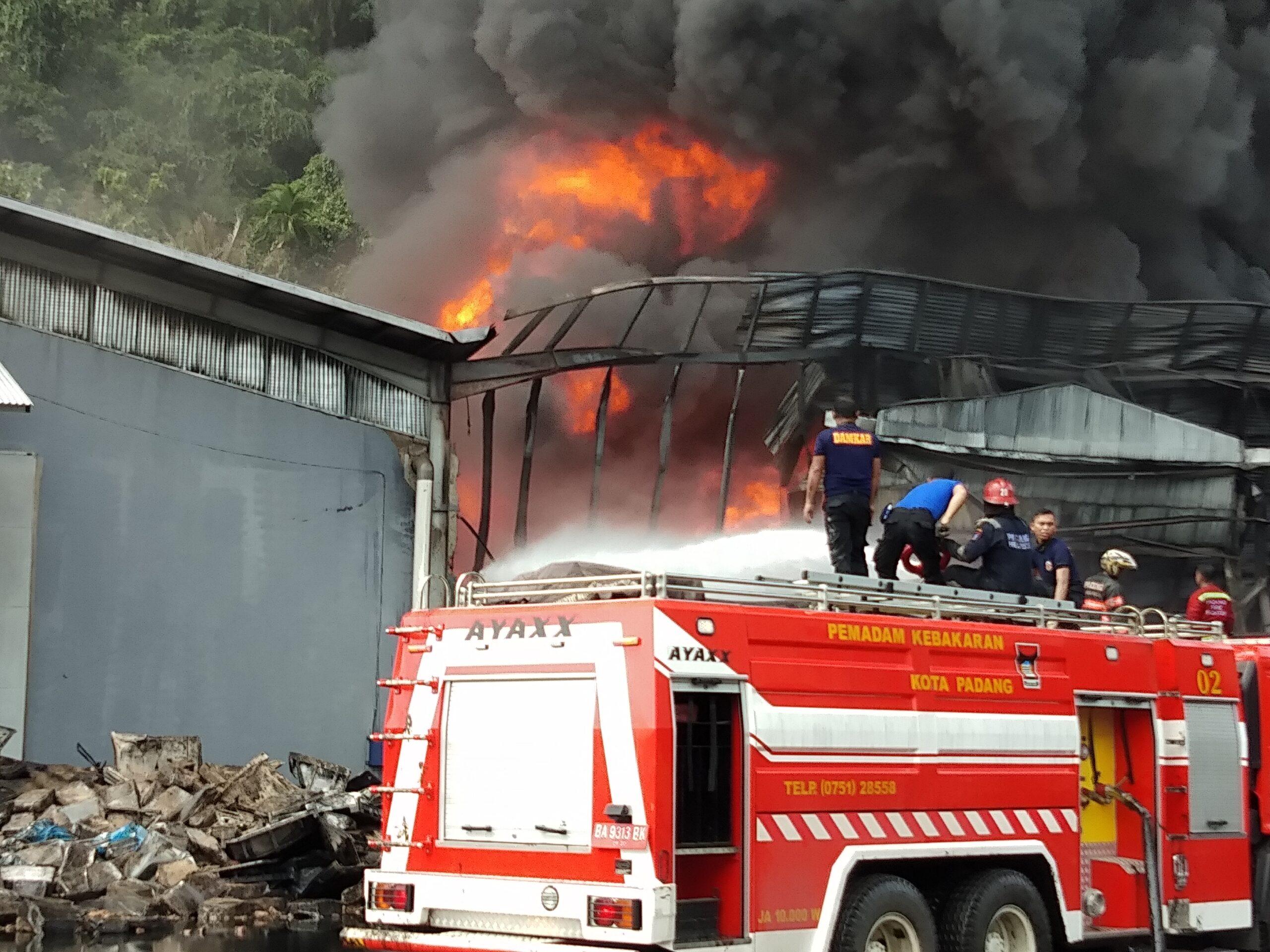 PADAMKAN API | Sejumlah petugas pemadam kebakaran Kota Padang, Sumbar berusaha menjinakan kobaran api, yang melalap gudang PT Incasi Raya, By Pass KM11, Kelurahan Pampangan, Kecamatan Lubuk Begalung, Senin (23/4/2018). Al Ikhlas.