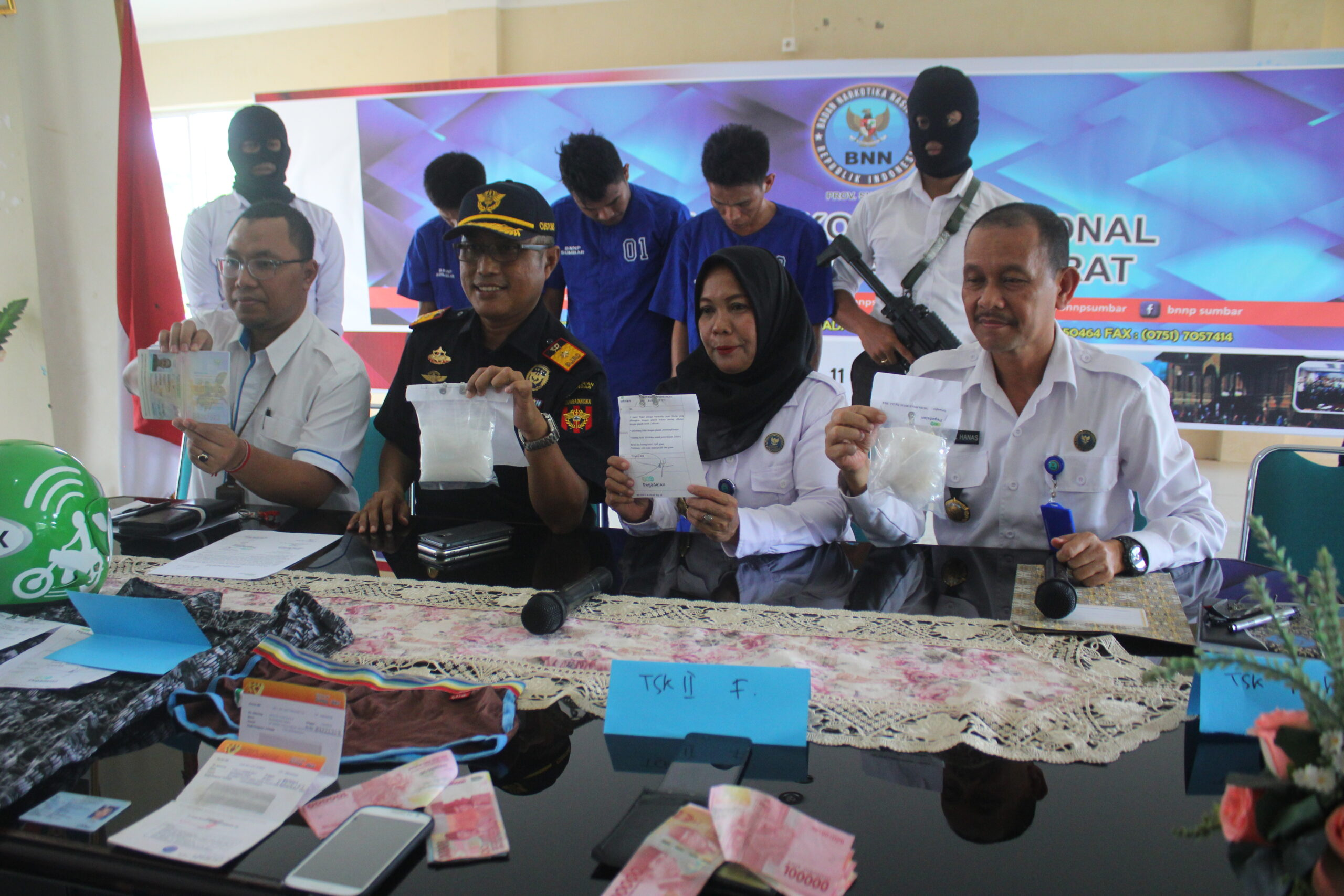 BARANG BUKTI | Petugas BNNP Sumatera Barat memperlihatkan sejumlah barang bukti yang berhasil disita saat melakukan operasi penangkapan terhadap seorang kurir sabu di Bandara Internasional Minangkabau (BIM), Kabupaten Padang Pariaman, Sumbar.