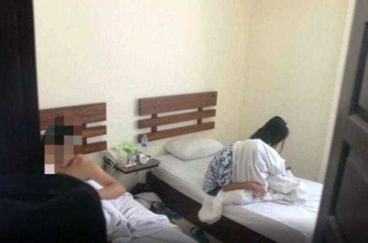 Dua pasangan ilegal dalam satu kamar diamankan Satpol PP Kota Padang pada salah satu Hotel Melati di Kota Padang, Minggu 1 April 2018, salah satu pasangan merupakan kakak beradik. Foto : Istimewa