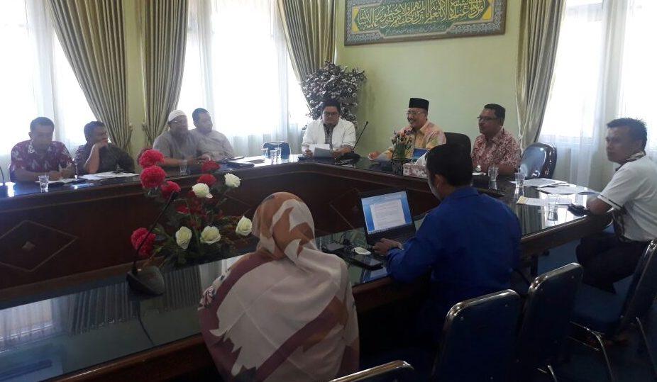 Pertemuan klarifikasi PT Bumi Minang Pertiwi bersama Kakanwil Kemenag Sumatera Barat terkait adanya ratusan jamaah yang terlantar di Malaysia dan Arab Saudi, Minggu (1/4/2018). Foto : Istimewa