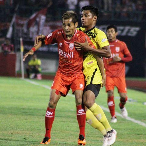 Semen Padang FC ambruk oleh tekanan deras dari tuan rumah Persis Solo di pertandingan pembuka Liga 2 2018 di Stadion Manahan, Solo, Senin malam (23/4/2018).