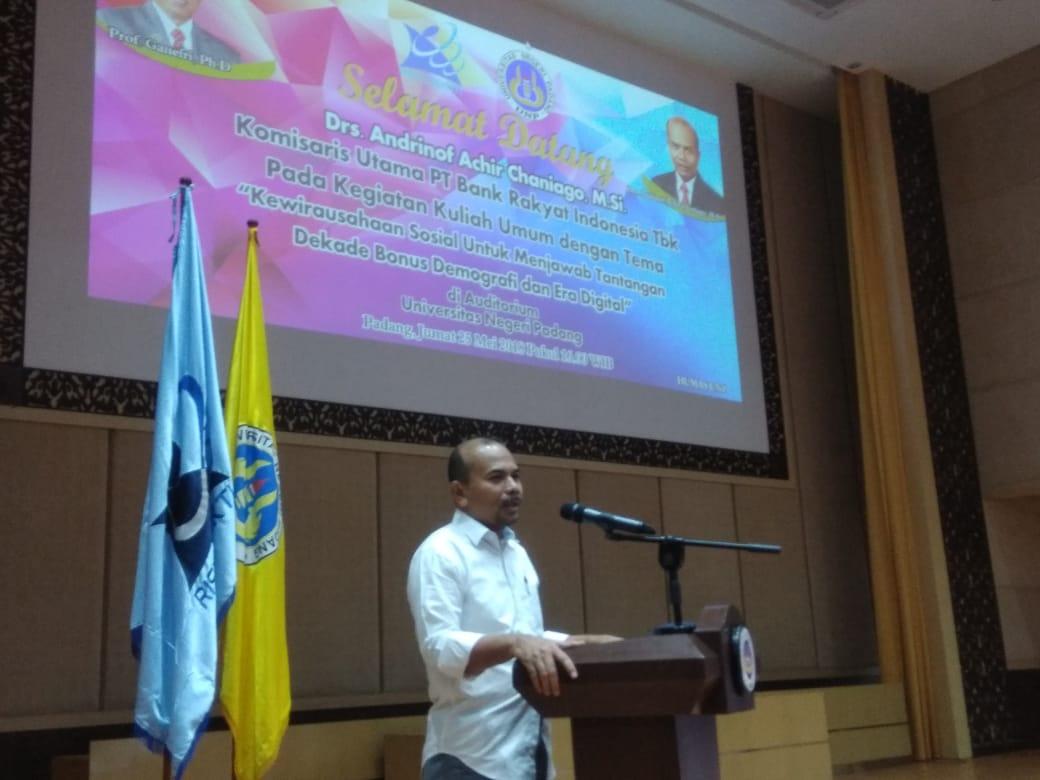 Andrinof Chaniago memberikan kuliah umum kewirausahaan sosial di UNP. Foto : Hijrah Adi Sukrial