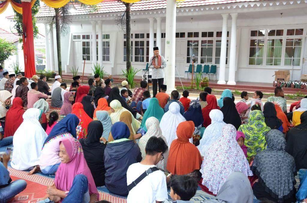 Bupati Tanah Datar Irdinansyah Tarmizi memberikan sambutan pada acara buka bersama IDI dengan penyandang disabilitas Tanah Datar.