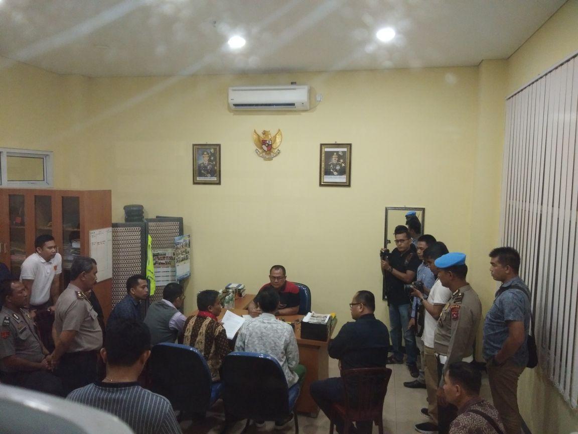 Gubernur Sumatera Barat Irwan Prayitno didalam ruang SPKT Mapolda Sumbar didampingi sejumlah orang dekatnya saat melaporkan dugaan pencemaran nama baik dirinya, Senin (1/5/2018). Foto : Al Ikhlas Saputra