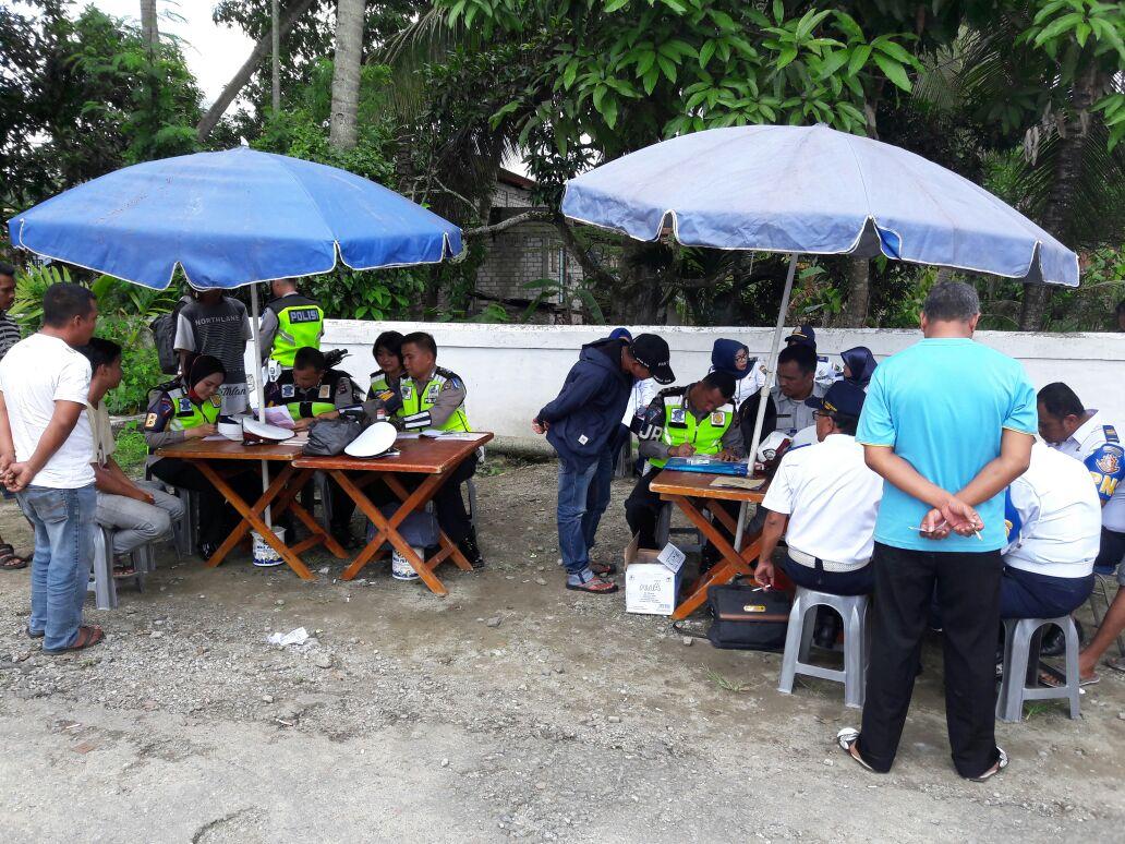Satlantas Polres Solok Arosuka, Sumatera Barat saat melakukan sidang di tempat bagi pengendara pelanggar lalu lintas, dalam rangka operasi patuh 2018, Jumat (4/5/2018) Fernandez/Kabarsumbar Image.