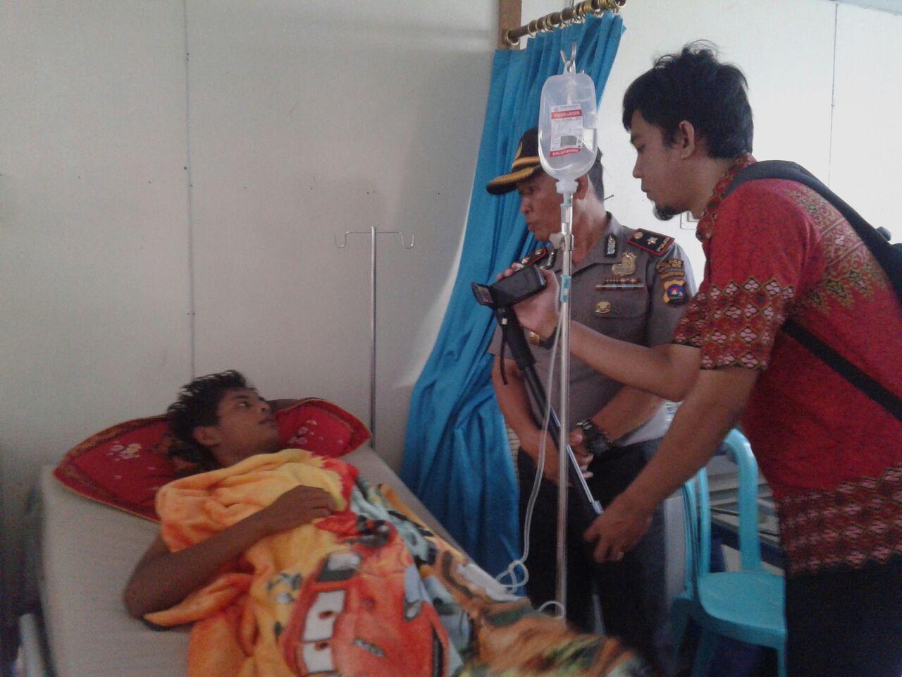 Salah seorang korban keracunan saat dirawat di Rumah Sakit Tentara (RST) Kota Solok, Jumat (11/5/2018). Foto : Fernandez