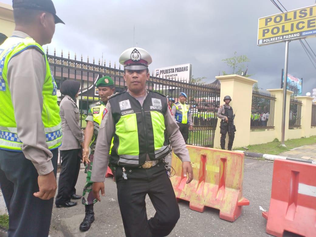 Aparat keamanan gabungan TNI, Basarnas, Dinas, Pol PP dan Kepolda Sumbar melakukan pengamanan pada 16 titik pelaksanaan tradisi Balimau sambut Ramadan di Padang, Sumatera Barat.