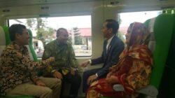 Presiden RI Joko Widodo didampingi ibu negara Iriana bercengkerama dengan Komut BRI Andrinof Chaniago dan Gubernur Sumbar Irwan Prayitno di atas kereta api bandara. Foto : Istimewa
