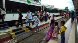 Suasana antusias masyarakat pada hari pertama beroperasinya Kereta Api Minangkabau Ekspres di Stasiun KA Tabing, Kota Padang, Senin 1 Mei 2018. Foto : Al Ikhlas Saputra