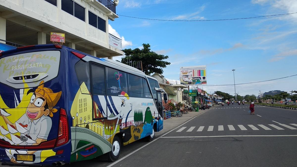 Penampakan bus pariwisata milik Pemerintah Kota Padang ditujukan untuk para wisatawan mengelilingi Kota Padang secara gratis di Menara Lapau Panjang Campago, Padang, Selasa 1 Mei 2018. Foto : Andesma Chandra