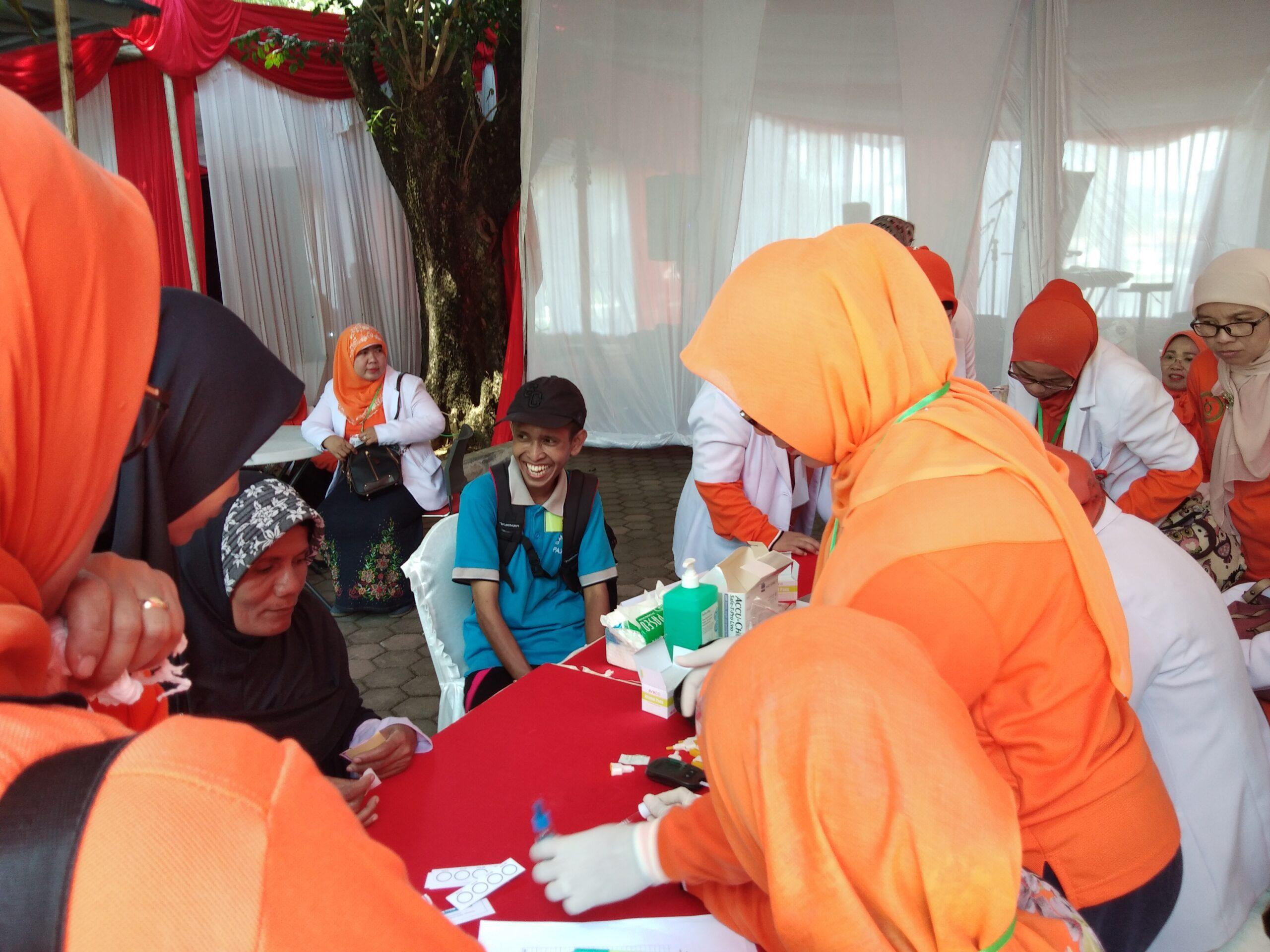 Cek Kesehatan | Para dokter Indonesia berkumpul di Padang, Sumatera Barat memberikan pelayanan gratis kepada disabilitas yang diselenggarakan di halaman kantor Gubernur Sumbar, Kamis (3/5/2018). Foto | Al Ikhlas