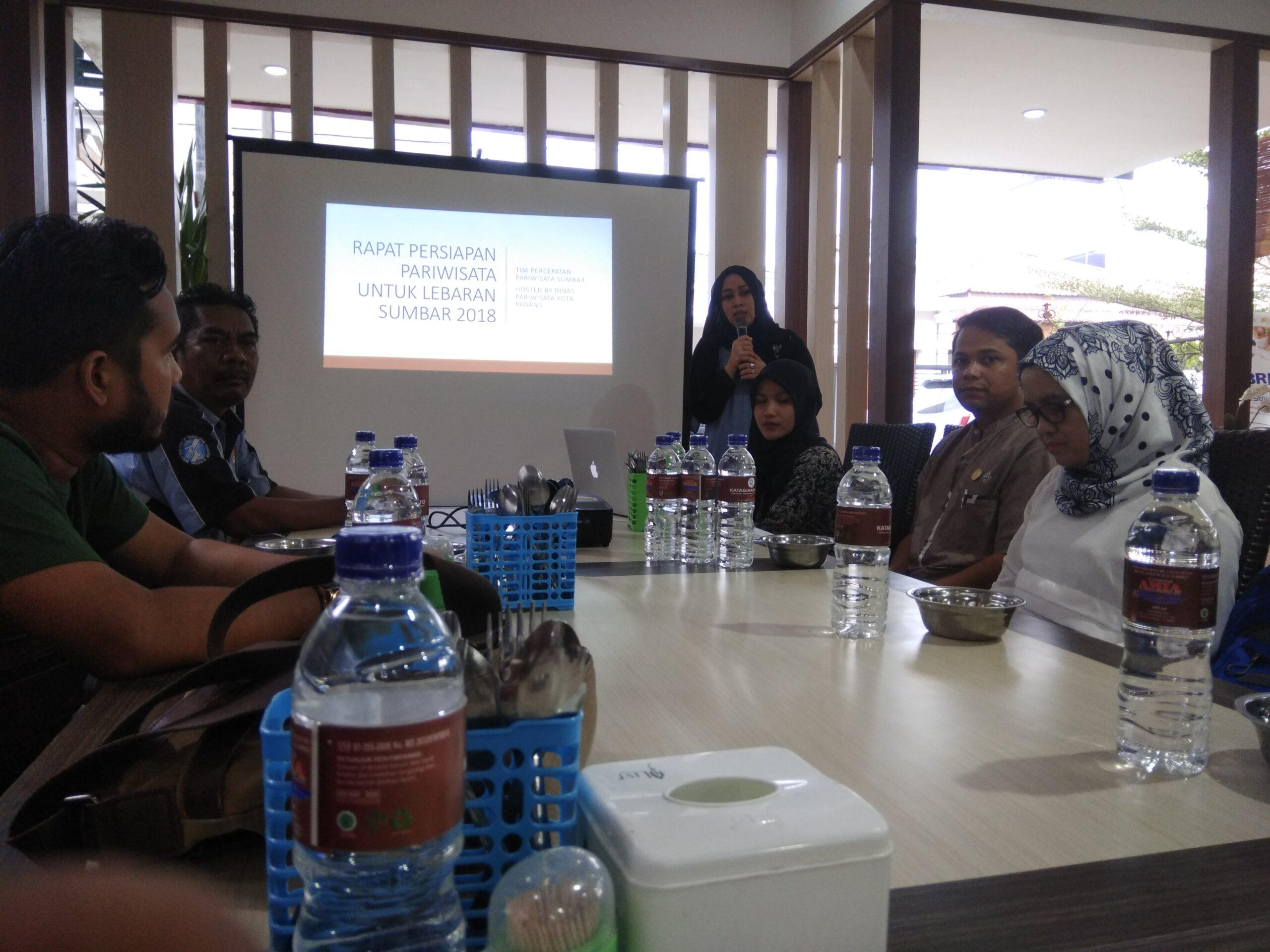 Pakar pariwisata Unand, Sari Lenggogeni memaparkan permasalahan saat libur Lebaran saat rapat bersama stakeholder pariwisata di Padang, Rabu (23/5/2018). Foto : Hijrah Adi Sukrial
