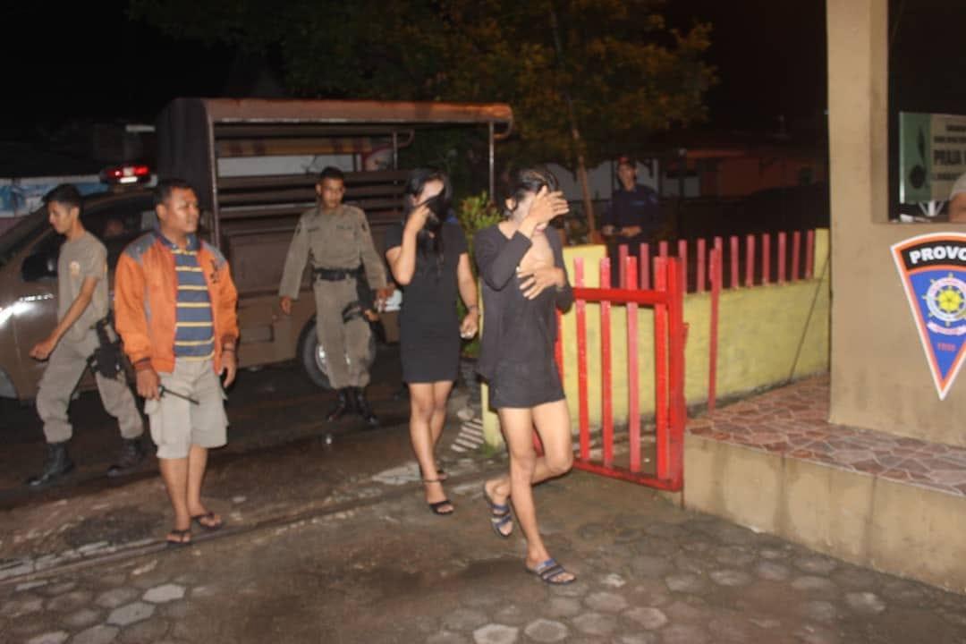Petugas Satpol PP Padang menggelandang dua waria ke Mako Pol PP Padang. Foto : Humas Pol PP Padang