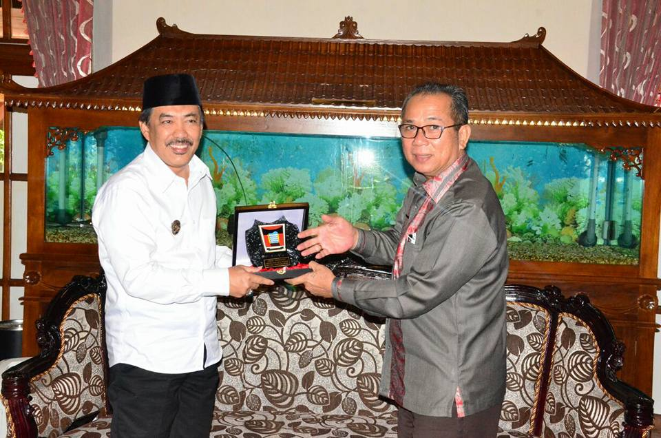 Pj Walikota Padang Alwis bersama Wakil Bupati Sidoarjo Nur Ahmad Saifudin dalam rangka studi banding jelang Pilkada Serentak 2018